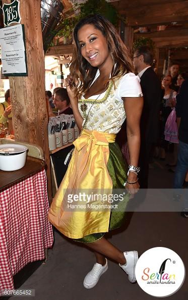 Model Marie Amière trägt Serfan Sneaker auf dem Oktoberfest in München.