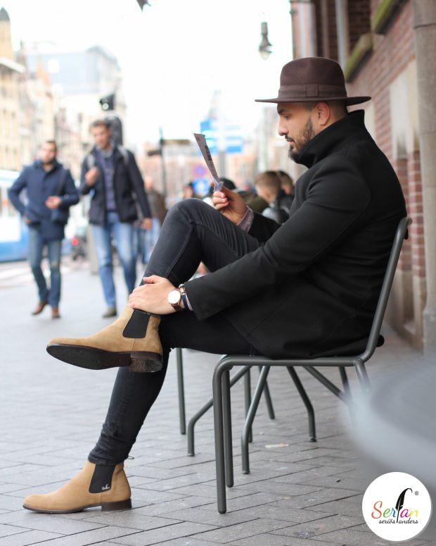 Hasan in seinen beigen Wildleder Chelsea Boots.