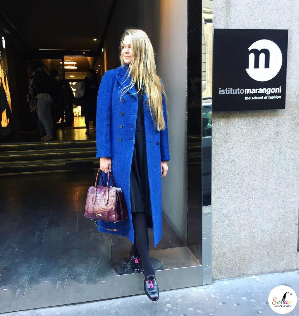 Die Bloggerin von Fashion Mind trägt die Serfan Loafer in schwarz und pink.